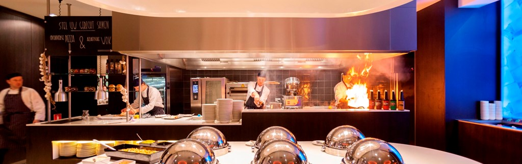 Discover our surprising Live Cooking buffet!